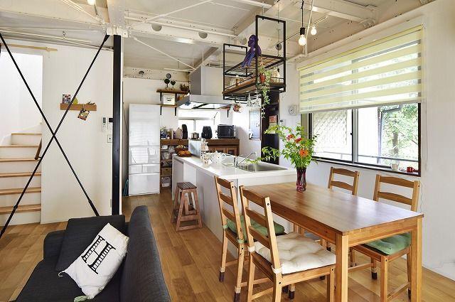 ワンストップ戸建リノベ、戸建リノベーション事例。むき出しの構造!クールだけど温かい住まい!!。築34年の戸建てワンストップリノベ。物件紹介からお手伝いしました。高台にある、緑に囲まれた心地よいおうちです。リビング・キッチン・廊下の仕切りを無くして、天井も上げて開放感たっぷりのLDK!キッチン前のルーバー扉の奥はパントリーになっていて、上手に収納もレイアウトしています。 撤去できない構造の鉄骨やブレースを塗装して、シンプルに仕上げ。床のオーク無垢材やモルタルと一緒に素材感も楽しめるデザインです。ハンモックにゆらゆらとゆられながら、キッチン後ろの窓から見える新緑も楽しむ事ができます。キッチンの吊り戸棚など、収納も飾りながら見せる演出を楽しんでいます。造作の家電カウンターにも集成材を使い、木の温もりもたっぷりと、家族が心地よく暮らせる住まいになりました。まるでカフェのような空間は奥様のお気に入り。「将来、ほんとにカフェができたらいいですね♪」との事でした。