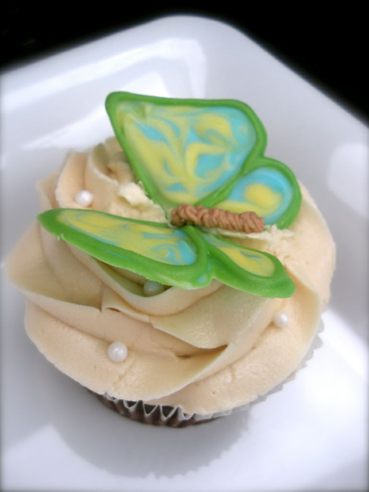 Chocolate car bomb cupcakes with chocolate butterflies   How to at thecakeeccentric.com