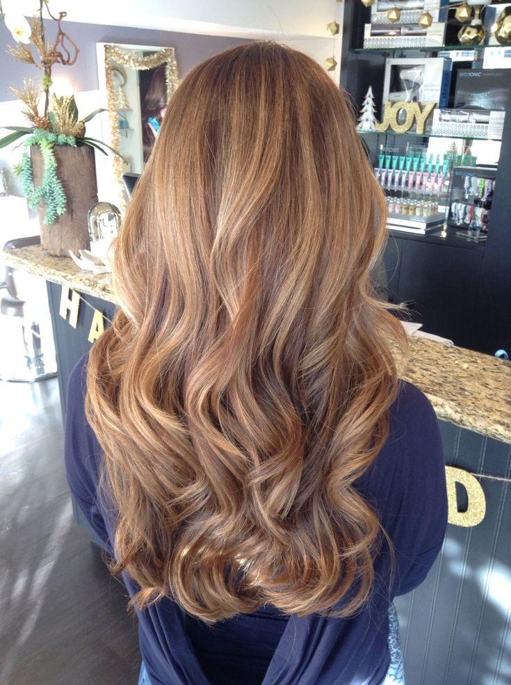 Balayage, loose curls, honey blonde, soft balayage. Blonde and brown hair. Hairstyle.