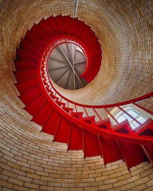 Escalera metalica de caracol en el interior de una torre de ladrillo visto (EE.UU)