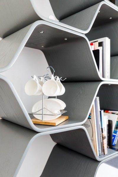 De grijze Polygon boekenkast in Hafsah's interieur in Parijs   made.com/unboxed/nl