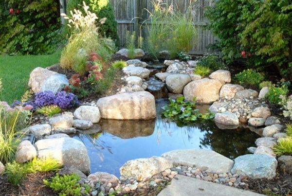 Dekorativen Teich im Garten anlegen –  Zurück zur Natur Bewegung - dekorativen teich im garten anlegen gesteine pflanzen wurzel outdoor garden ideas