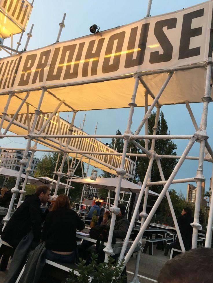 """Berlin har fået endnu et ølmærke. """"Handcrafted with BerlinLove"""" lover etiketten. Vi er taget ud for at se deres pop-up Biergarten ved Gleisdreick. Smagsprøverne fik vi på Berlin Food W…"""