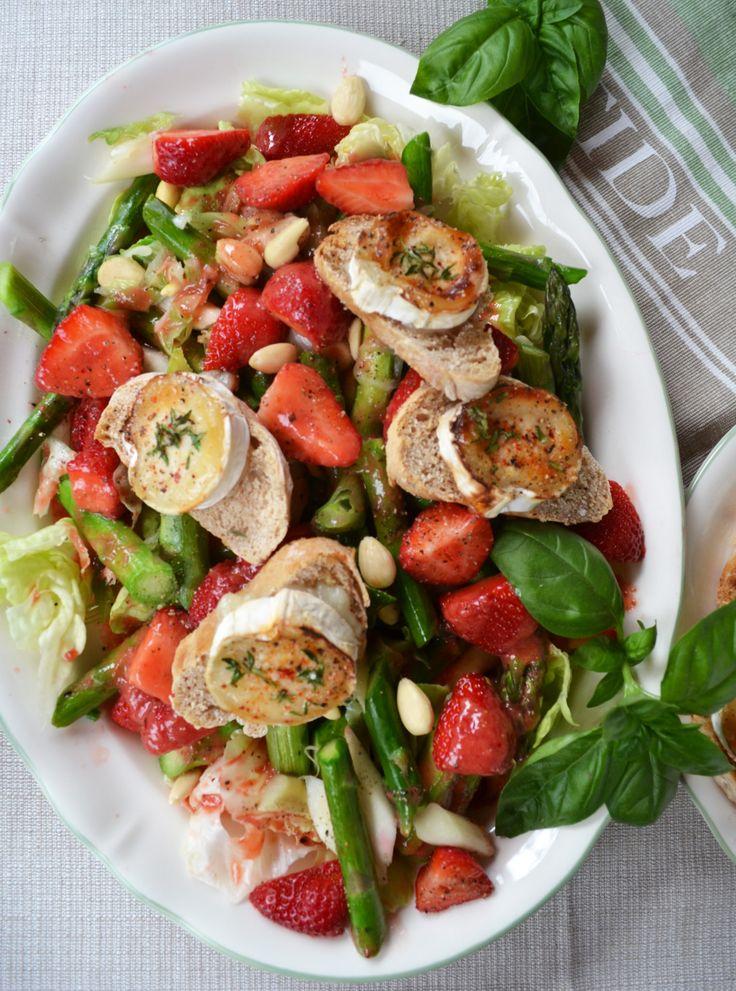 Spargel, Erdbeeren und Ziegenkäse! Eine traumhafte Kombination. Farbenfroh und voller Geschmack! Ein grandioser Frühlingssalat, der einfach nur glücklich macht. Da kann man gerne zugreifen! Meine l…