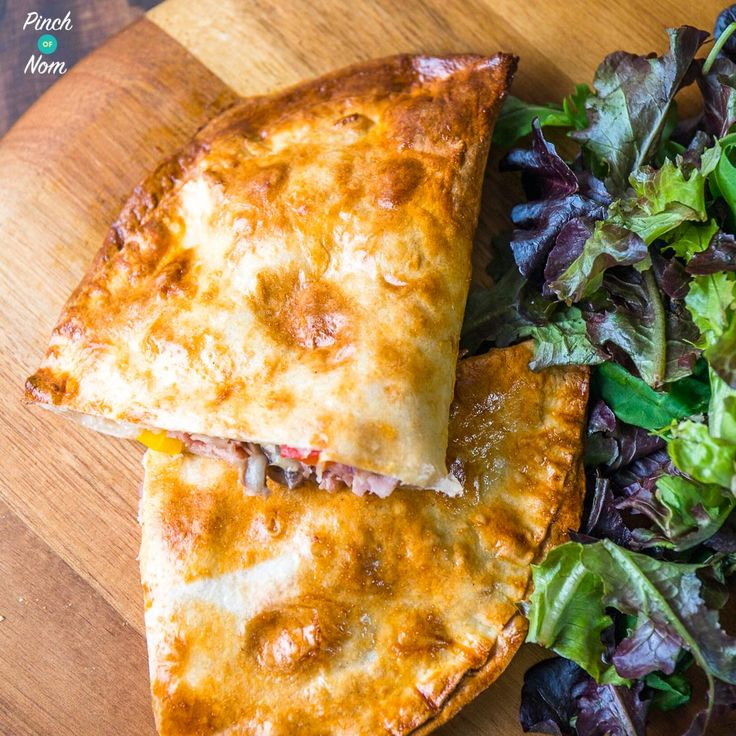 So we did Slimming World friendly Pasties, now it's time for some Pizza Calzone! This Syn Free Ham and Mushroom Pizza Calzone makes the perfect dinner.