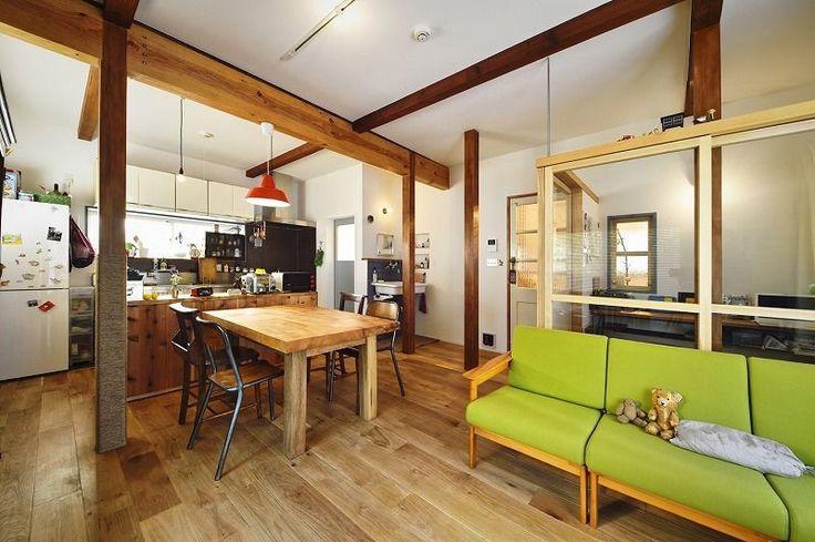 築30年の木造2階建て住宅リノベ、戸建リノベーション事例。古い建物に、自分たち流のスパイスをMIX!!。築30年の木造2階建て住宅をリノベーション前提で購入されたお客様。リビングを広くしたいというご希望があり、1階のキッチンと和室は一体化して広々としたLDKにしました。きちんと、施工前に耐震診断をして、間取りを変えた部分を中心に建物全体のバランスを見ながら耐震補強を実施しています。間仕切りと柱をなくした部分は梁で補強。広い空間と強さを兼ね備えています。  業務用のキッチンやカウンター収納など、お客様のこだわりも取り入れ、リビングの一部には奥様のお仕事用スペースも用意。ガラス張りで、家族の気配を感じながらも落ち着いて仕事ができる空間です。水まわりに使うタイルや壁のクロス、輸入建具、照明、梁や床などお客様ご自身で探してきたこだわりの製品を取り入れ、塗装も自分たちの好みの色合いで塗装されました。また将来的には「自分たちでリビングにキャットウォークを作ってみたい!」とのことで、リビングの壁にはDIYに対応できるよう下地処理を行っています。