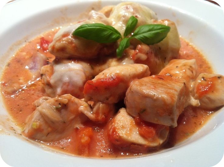 Mozzarellagratineret kylling i tomatflødesauce