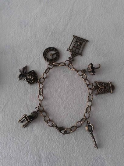 Pulsera de color bronce con diferentes y variados charms. - See more at: http://lookestilo.com/portfolios/artesania-mr/productos/pulsera-charms-bronce#sthash.uOYQBmDa.dpuf