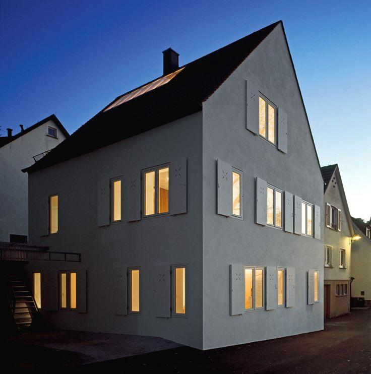 Mit Rücksicht auf das historisches Ensemble baute die Architektin Christine Remensperger einer Stuttgarter Familie ein äußerlich traditionelles Haus mit erstaunlichem Inneren.