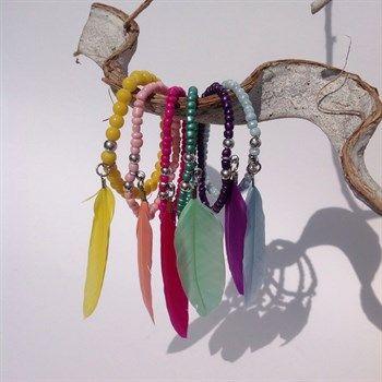 Festival armbandjes met veertjes in leuke kleuren - Made by Beaudeliek