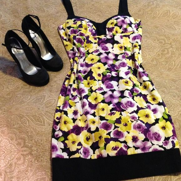 🔥SALE🔥Purple and yellow floral dress You'll just love this purple, yellow and white dress. Small 8 almost a 6! B. Smart Dresses