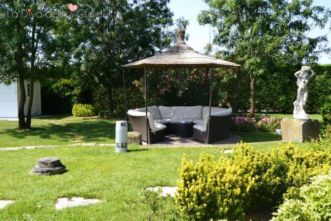 un angolo del giardino di villa ori