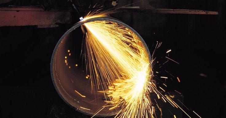 """A diferença entre solda de prata e de chumbo. O chumbo derrete em temperatura baixa e é chamado de solda """"macia"""". A prata derrete em temperaturas quentes e é considera um solda """"rígida"""". Por conta dessa diferença da temperatura, você deve considerar cuidadosamente o uso de chumbo ou prata ao soldar joalheria, equipamento, juntas e outros projetos. Em alguns casos é muito importante usar um ..."""