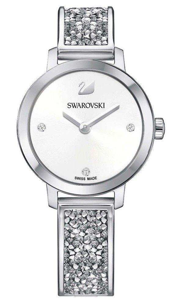 Swarovski Dameshorloge Cosmic Rock zilverkleurig 5376080. Trendy en sprankelend dameshorloge uit de Swarovski Crystal Collectie. Het horloge heeft een ronde zilverkleurige kast en een zilverkleurige horlogeband met crystalrock kristallen. De witte wijzerplaat met een doorsnee van 29 mm is voorzien van kristallen als index en uiteraard ontbreekt het bekende Swarovski zwaantje niet. De band sluit door middel van een klepsluiting. Het model is 50 meter waterdicht en heeft een Zwitsers uurwerk.