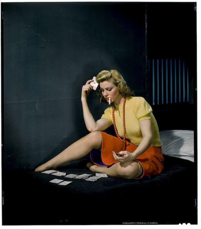 Nickolas Muray Donna in cella, che gioca a solitario, 1950 ca,  Stampa a getto d'inchiostro da scansione digitale con ritocco dei colori della diapositiva a colori originale, stampata nel 2014,  cm 23.4 x 20.5 George Eastman House New York, USA