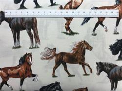Flot lyst patchwork stof med forskellige hele brune heste.