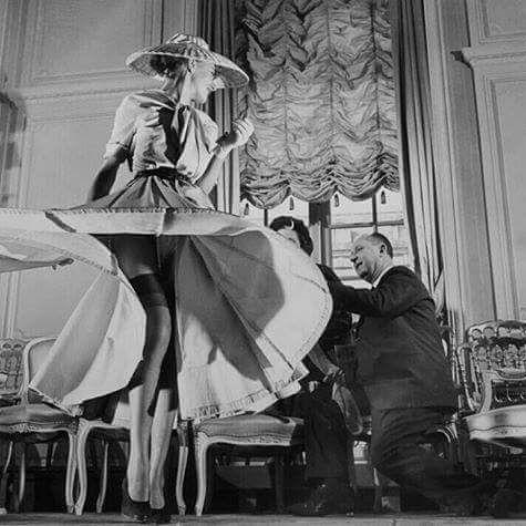Las mujeres no llevan lo que les gusta. Les gusta lo que llevan Christian Dior Happy B-Day Mr Dior!! #21E nace Granville Francia en el año 1905 y aunque comenzó la carrera de Ciencias Políticas y la de Música ante la insistencia de sus padres pronto las abandonó para dedicarse a viajar y después para dirigir una galería de arte. En 1935 habiendo dejado de lado este negocio empezó a ganarse la vida en París vendiendo a los periódicos dibujos de figurines de moda. Su éxito comenzó en el año…