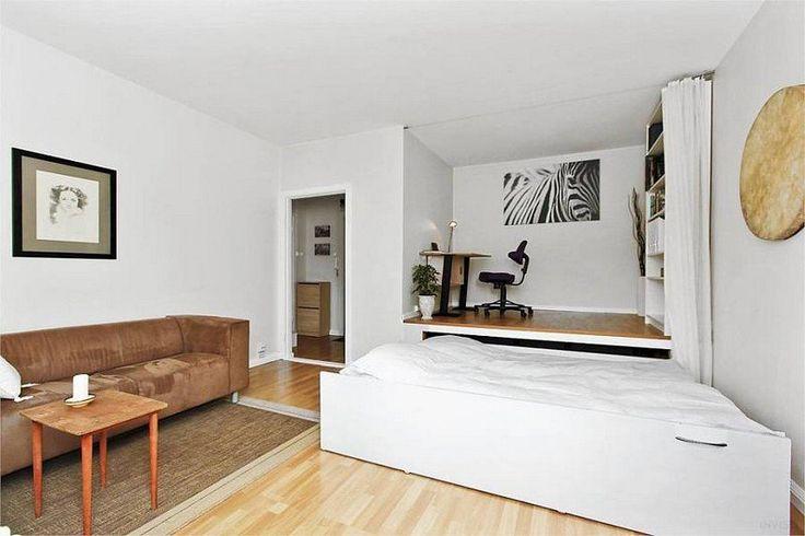coin bureau sur plate-forme, lit gigogne et canapé marron - tout le nécessaire dans une chambre salon 2 en 1