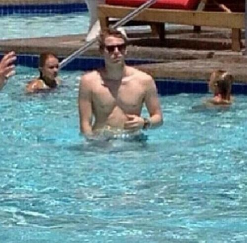 LUKE ROBERT HEMMINGS...SHIRTLESS. HAHAA NOPE I'M NOT OKAY...GAHH !! omg my boyfriend is so sexy-destiny hemmings