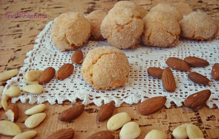 Amaretti Un dolce che non contiene farina e preparato con pochissimi ingredienti, la base principale sono le mandorle che devono essere di ottima qualità ..