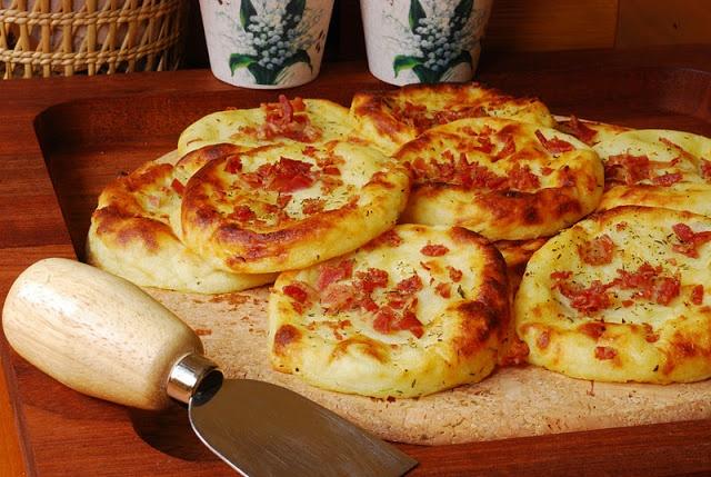 Pastelitos de patata con queso Cheddar y bacon.