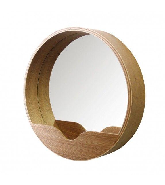 Miroir rond de style scandinace en chêne sur MonDesign.com  Ce miroir de la marque Zuiver cache un petit espace de rangement #zuiver #mirror #miroir #style #scandi #scandinave #wood #bois #interiordesign