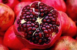 A leghatékonyabb öregedésgátló gyümölcs: a gránátalma A gránátalmában található B1- és B3-vitamin, C-vitamin, kalcium, foszfor és ellaginsav is. Ez utóbbi a gyümölcs egyik polifenoljának része, és jelenleg a tudomány a legerősebb antioxidáns vegyületként tartja számon.  A gyümölcsöt magas víztartalma kitűnő hidratálóvá teszi. Keverd össze joghurttal vagy tejszínnel és egy kis zabpehellyel, majd a megtisztított arcra vidd fel, és hagyd fent 20 percet.