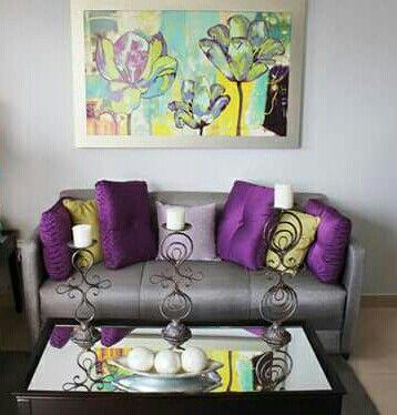 Sala sillón gris tonos morado plata moderno idea de decoración. Mesa de centro o de café. Espacio pequeño.