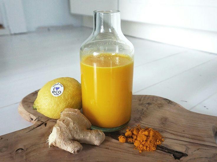 Jamu 1 stor bit ingefära Gurkmeja (1 stor färsk bit eller 1 msk pulver) 1 citron 1 msk rå honung Vatten 2-5 dl (beroende på hur starkt man vill ha det) Skala ingefäran, pressa citronen och mixa tillsammans med gurkmejan, honungen och vattnet i en bleder. Mixa slätt och sila. Häll på flaska och ha i kylen. Drick ett glas på morgonen och ett på kvällen. Minst.