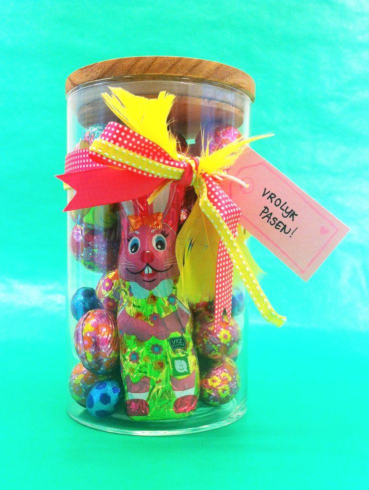 HEMA pasen - Paas-cadeau. Nodig: Glazen pot, paas-snoep o.i.d., linten, gekleurd karton, HEMA label stempel, stempelkussen, stift, schaar 1. Vul de pot met het paas-snoep 2. Strik de linten rond de pot 3. Stempel een stempelafdruk op een stuk gekleurd karton 4. Schrijf in de stempel afdruk je paas-boodschap 5. Knip het label uit zodat het een kaartje wordt en maak er een gaatje in met de schaar 6. Hang het kaartje aan de linten
