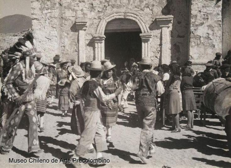Danzantes frente a iglesia, fiesta religiosa cultura atacameña. Fotografía de Roberto Gerstmann.