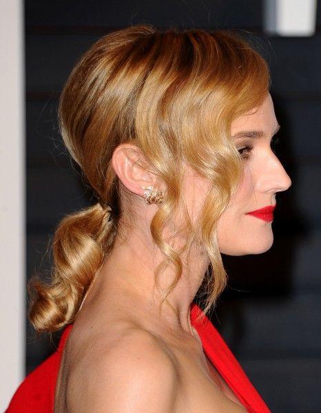 A l'issue de la cérémonie des Oscars 2015, les stars se sont pressées à la soirée donnée par le magazine américain « Vanity Fair ». Sur le red carpet, nous sommes tombées en admiration pour Diane Kruger, superbe dans sa robe rouge incandescente, arrivée au bras de son fiancé, l'acteur Joshua Jackson. http://www.elle.fr/Beaute/News-beaute/Beaute-des-stars/On-aime-la-queue-de-cheval-ondulee-de-Diane-Kruger-2901862