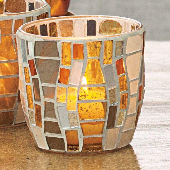 Votivkerzenhalter Vienna,  € 24,90; H, Ø 8 cm. Für Votivkerzen und Teelichter. Das Mosaikglas im Wellen-Design erzeugt einen edlen Metallic-Glanz. Von Hand kunstvoll applizierte Mosaikstücke machen jedes Accessoire zum Unikat