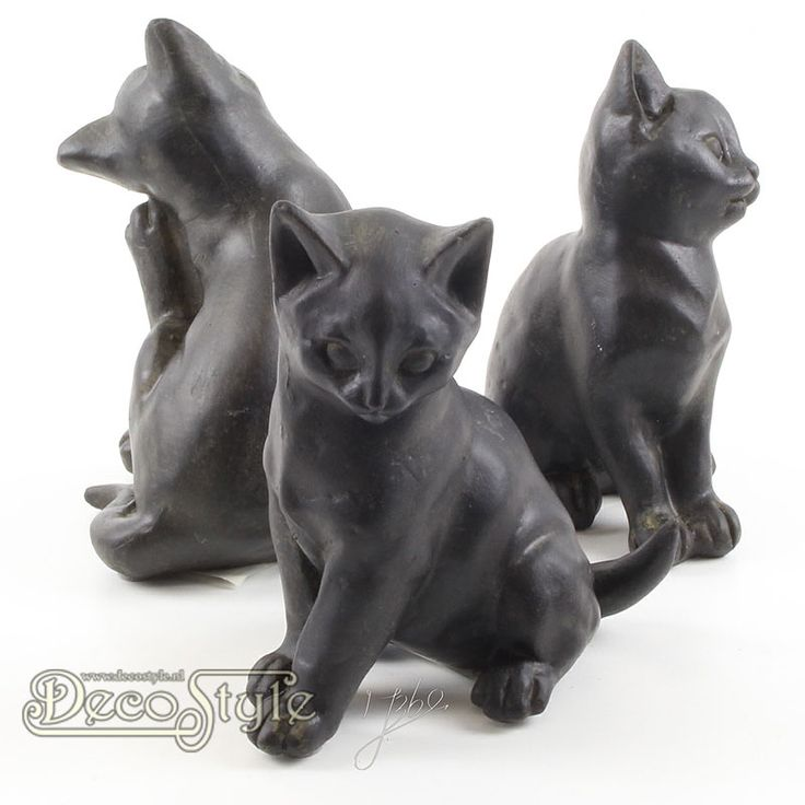Beeld Set Drie Katten  Beeld Set Drie Katten. De drie katjes hebben allemaal een verschillende houding. Zeer gedetailleerd uitgevoerd. Materiaal: Handbewerkt Polystone Kleur: Zwart Afmetingen per kat: Hoogte: 13.4 cm Breedte: 10.7 cm Diepte: 7.9 cm