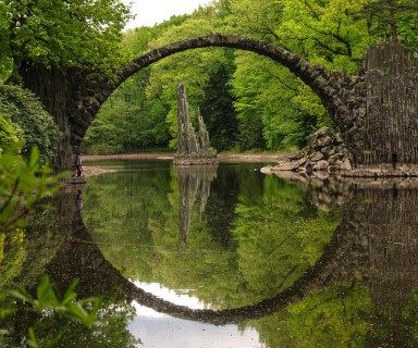 diabol , s Bridge (Rakotzbrücke) sa nachádza v parku Kromlauer ( Gablenz, Nemecko ). Bolo postavené desať rokov -v roku 1860: most a jej odraz vo vode vytvoriť dokonalý kruh, z akéhokoľvek miesta ...