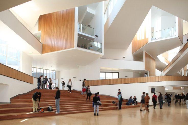 Chile. Universidad Adolfo Ibáñez, en Viña del Mar. Obra de José Cruz Ovalle.