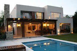 Casas de estilo moderno por Rocha & Figueroa Bunge arquitectos https://www.homify.com.mx/libros_de_ideas/3433333/casa-de-dos-pisos-moderna-y-fantastica