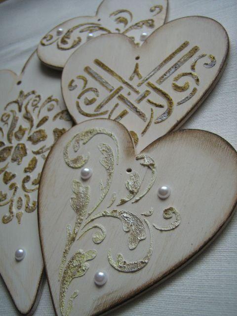 Drewniane serduszka, dekorowane oi malowane ręcznie.