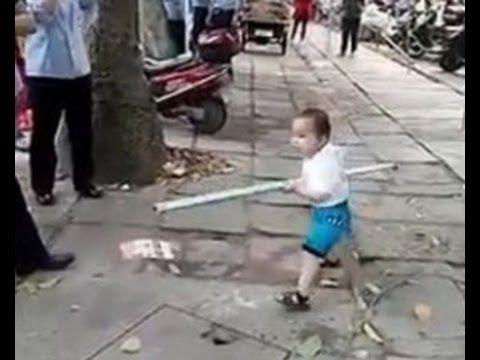 ШОК! 3 летний малыш сам защитил свою бабушку от полицейских с помощью тр...