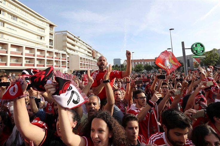 Os adeptos do Benfica estão a ser obrigados, antes de entrar para as bancadas do Estádio do Bessa em setores reservados a simpatizantes do Boavista, a tirar todos os adereços ligados ao clube das águias: camisolas, cachecóis e bandeiras.