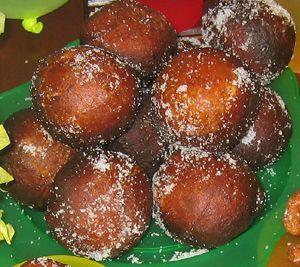 Rahkamunkit ja munkkirinkelit voi myös tehdä etukäteen pakastimeen ja sokeroida sulatuksen jälkeen http://bit.ly/1ibyb2a #vappu