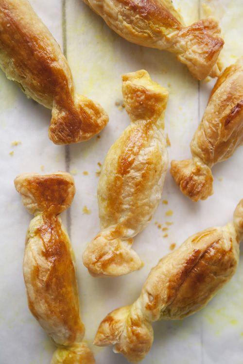 Cook me tender: Aperitivos: Caramelos de hojaldre rellenos de espárragos y langostinos al curry