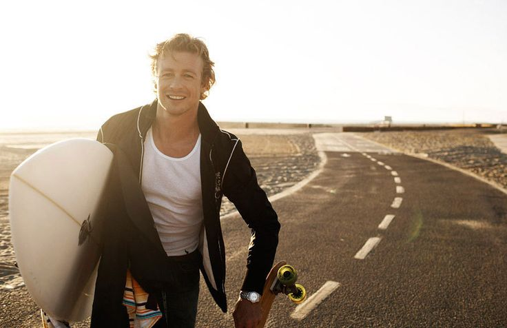 Simon Baker  http://images2.fanpop.com/images/photos/5400000/SImon-Baker-Beach-Photoshoot-simon-baker-5484187-889-575.jpg