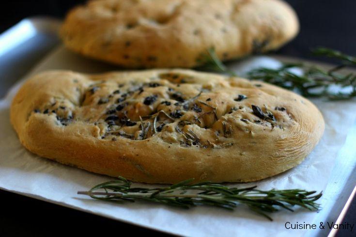 Une recette faite il y a 1 an et que, faute de temps, je n'avais toujours pas publié. C'est chose faite ! Pratiquement à date d'anniversaire du Blog ;) , un pain italien qui se déguste à l'apéritif...