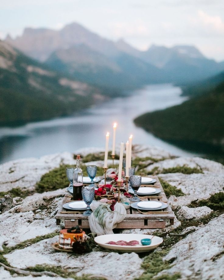 Kudos to whoever carried this palette up the mountain because this dinner party setup is a dream! See more on the blog //  @genevievereneephoto / event planning by @paperdollevents / floral design by @rebeccadawndesign / rentals by @gatheredtablesupply / cake by @prettysweetyyc