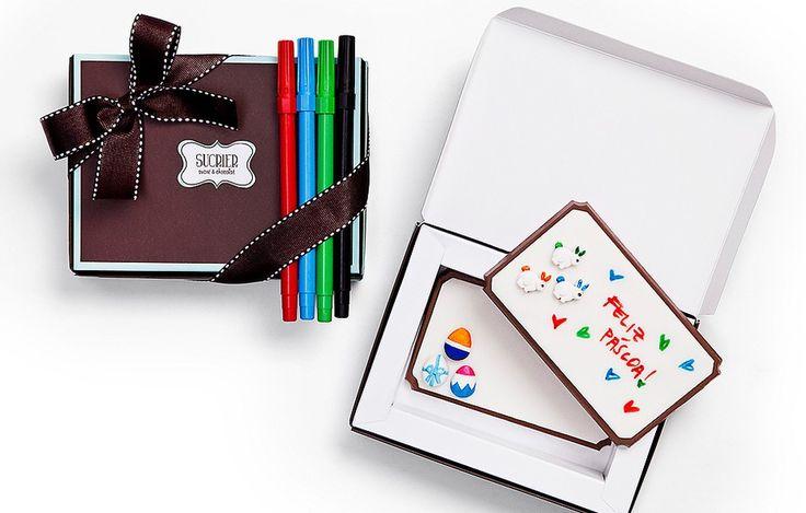 Antes de se deliciar, os pequenos irão se divertir com o kit da Sucrier. A caixa vem com duas plaquinhas de chocolate decoradas com pasta americana e canetinhas de tinta comestível para eles personalizarem o presente. R$ 61 (180 g), sucrier.com.br