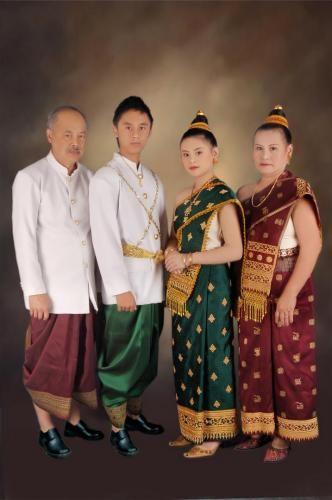 ผู้หญิงลาวนุ่งผ้าซิ่น และใส่เสื้อแขนยาวทรงกระบอก สำหรับผู้ชายมักแต่งกายแบบสากล หรือนุ่งโจงกระเบน สวมเสื้อชั้นนอกกระดุมเจ็ดเม็ด คล้ายเสื้อพระราชทานของไทย