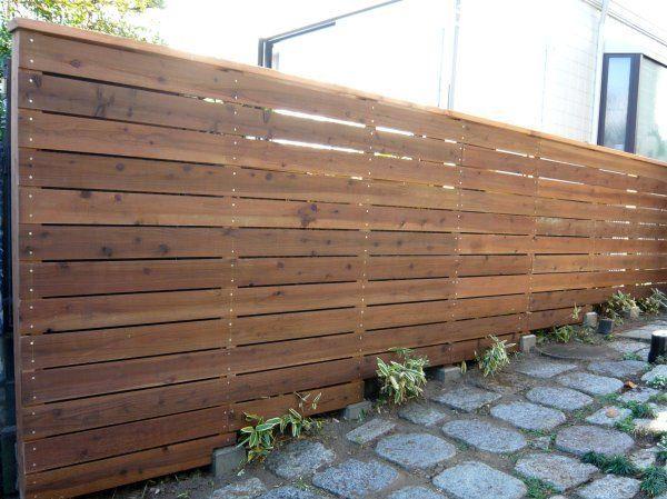 フェンスや門扉など、エクステリアのDIYはハードルが高い印象ですが、意外に自分でもつくることができます!お家のまわりの環境の変化などで、人の目が気になり始めることもありますよね。そんな時は木製のフェンスをDIYで作ってしまいましょう♪