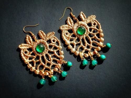orecchini in pizzo macrame' dorati con pietra e pendenti in malachite