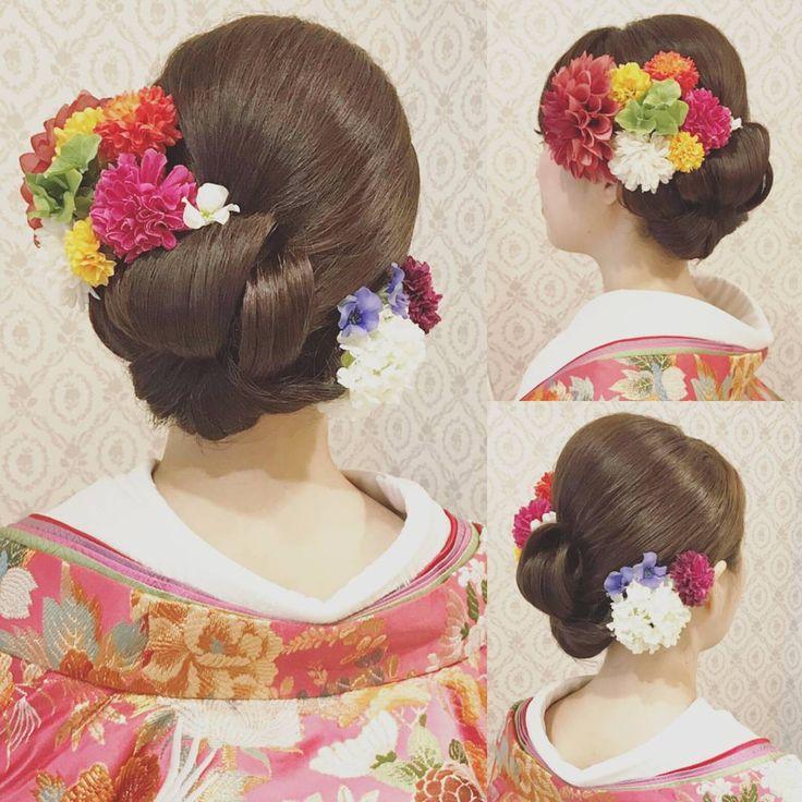 """567 Likes, 6 Comments - R.Y.K   Vanilla Emu (@ry01010828) on Instagram: """"結婚式の前撮り 和装ロケーション撮影のお客様 面をしっかり出したスタイル ロールを何個か重ねて左に寄せました! 打掛に合わせてビビッドなお花をカラフルに沢山付けました! #ヘア #ヘアメイク…"""""""